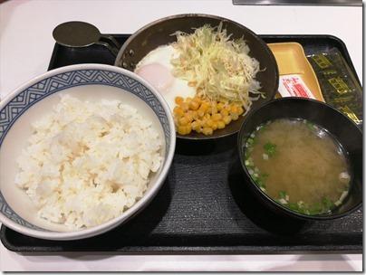 羽田空港国際線で一番お安い朝ごはん?吉野家のベーコンエッグ朝食350円の編