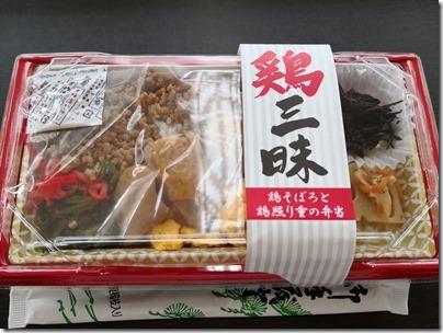 羽田空港の空弁「鶏三昧・鶏そぼろと鶏照り重の弁当」