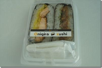 羽田空港の空弁「おにぎらずし 鮭ハラス・煮穴子」