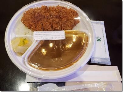 羽田空港の空弁「黄金色の豚・四元豚のかつカレー弁当」